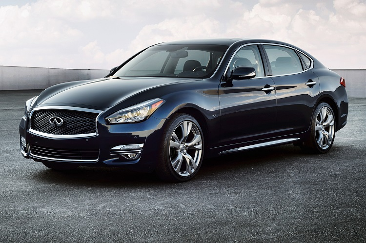 2015 Infiniti Q70 front view