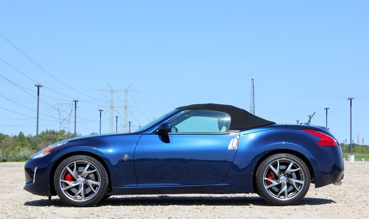 2015 nissan 370Z side view