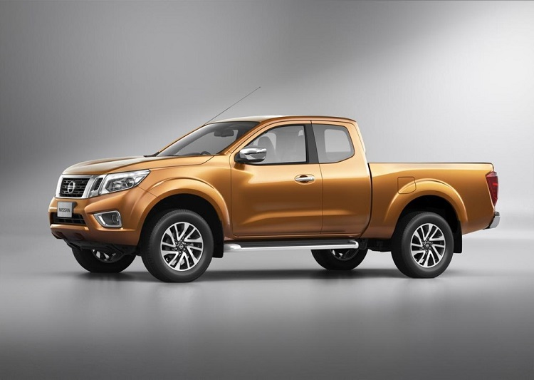 2015 nissan navara side view