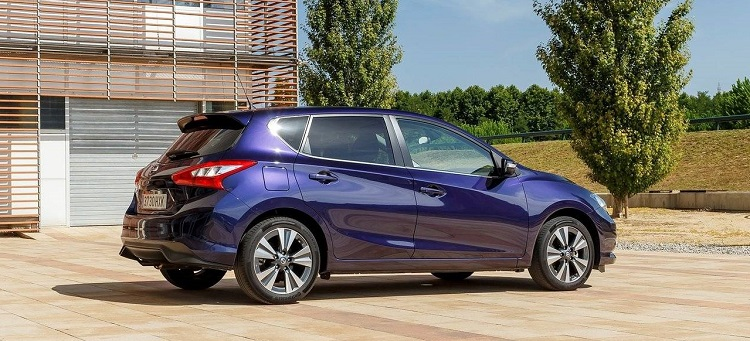 2015 nissan pulsar side view