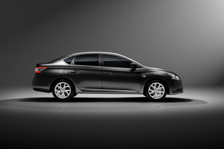 2016 nissan sentra side view
